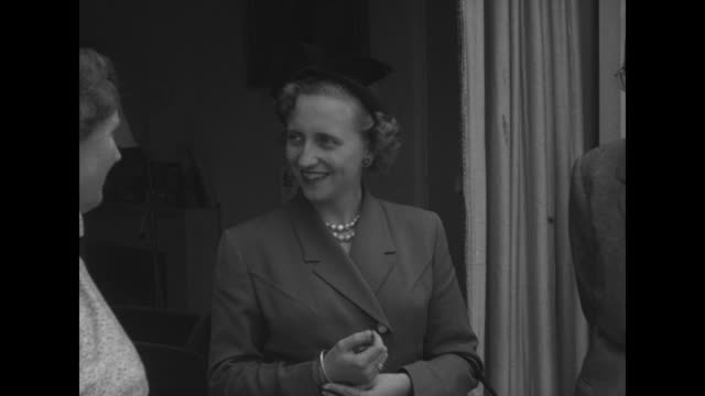 cu soestdijk palace / first lady margaret truman talks with queen juliana and husband prince bernhard on terrace / margaret queen and prince go back... - 1951 bildbanksvideor och videomaterial från bakom kulisserna