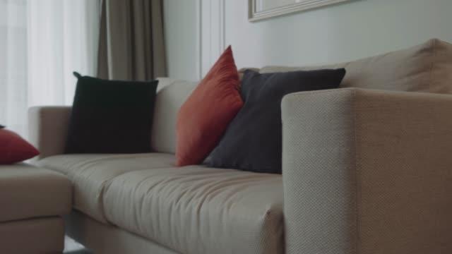 vídeos y material grabado en eventos de stock de sofá cama en el living de la casa real - interiores modelos