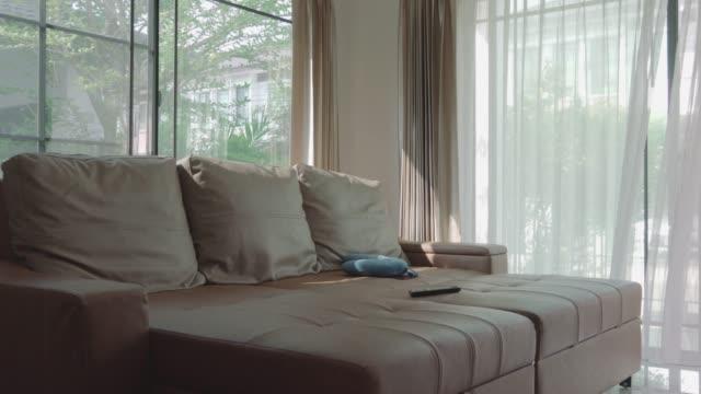 本物の家のリビング ルームのソファ - 家の中点の映像素材/bロール