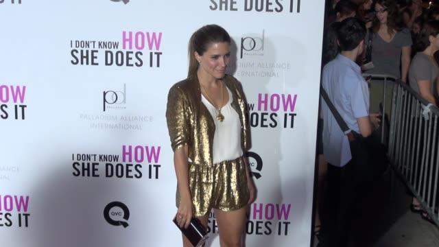vídeos de stock, filmes e b-roll de sofia bush at the i don't know how she does it premiere in new york 09/12/11 - sophia bush