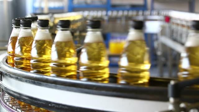 erfrischungsgetränk bottling linie nahaufnahme - abfüllanlage stock-videos und b-roll-filmmaterial
