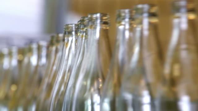 vidéos et rushes de boisson non alcoolisée gros plan de la ligne de mise en bouteille - verre