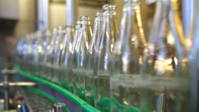 cu soft drink bottling line - bottiglia video stock e b–roll
