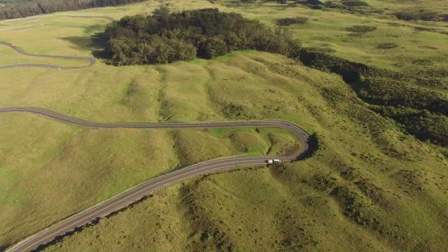 Weiche grüne Landschaft weit unter Drohne mit Single Road