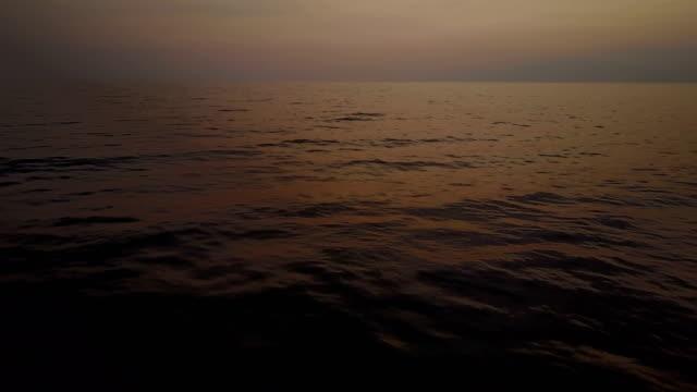 Zachte roze zonsondergang Over de golven voor kust van Maui