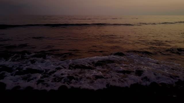 Zachte Surf breken Over rotsachtig strand in Maui