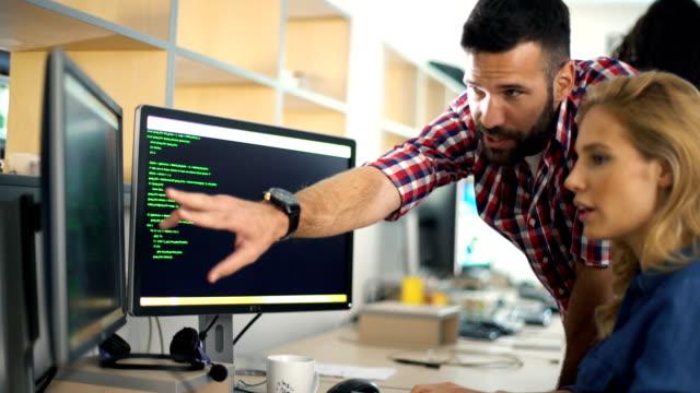 vídeos de stock e filmes b-roll de software developers at work - software de computador