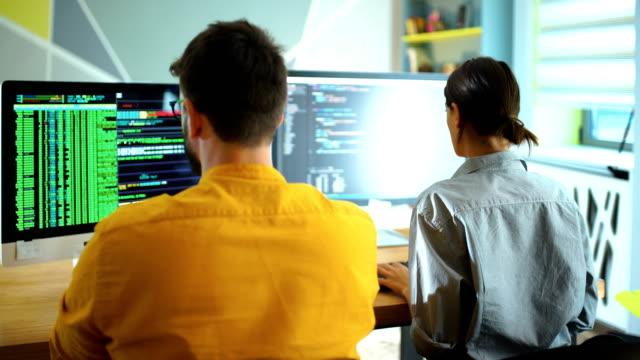 stockvideo's en b-roll-footage met software ontwikkelaars die op kantoor werken. - mid volwassen