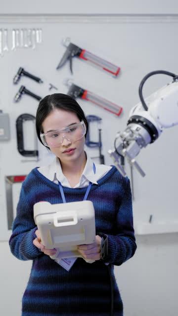 vídeos y material grabado en eventos de stock de ingenieros de software joven mujer asiática trabajando en el desarrollo de la línea de producción automatizada con un ordenador portátil y software aplicado para aumentar la productividad, comprobando el control de calidad. ingeniería precisa en pieza - vídeo equipo eléctrico