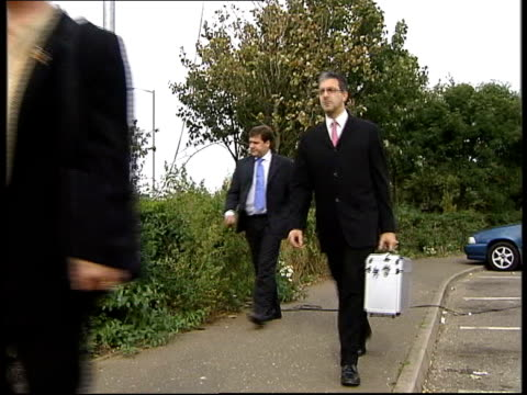 vídeos de stock e filmes b-roll de ian huntley fit to stand trial; police officers towards past as leaving court forensics experts arriving at court police van carrying huntley along... - crime or recreational drug or prison or legal trial