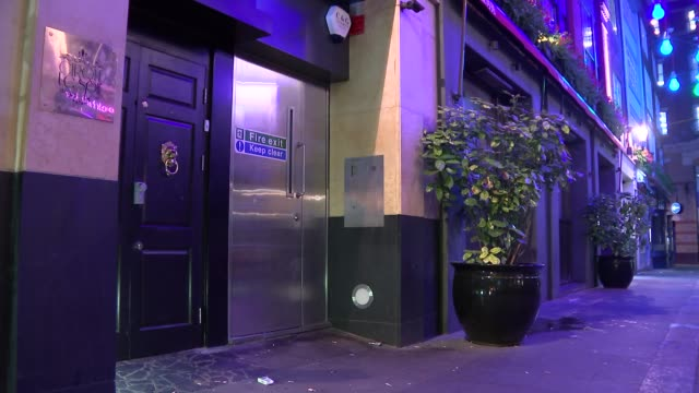 vidéos et rushes de soho nightclub under fire after promoters say 'fat people' will be refused entry; england: london: soho: ext / night gvs cirque le soir entrance... - entrée