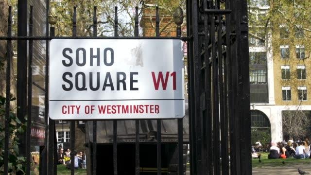 stockvideo's en b-roll-footage met soho square street sign. - straatnaambord