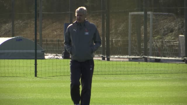 sol campbell interview lib / ext arsene wenger along at training session - アーセン・ベンゲル点の映像素材/bロール