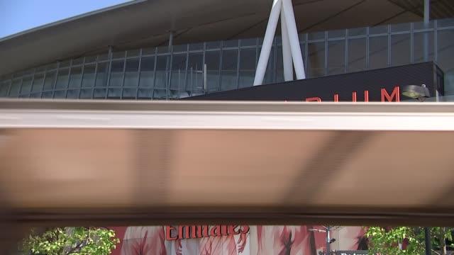 vídeos de stock, filmes e b-roll de sol campbell interview r220517020 / ext low angle view stadium tilt down arsenal sign mural of classic arsenal players below 'emirates stadium' sign... - patrick vieira