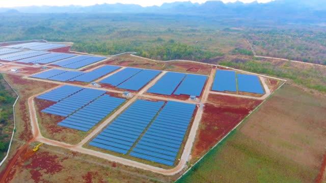 vídeos de stock, filmes e b-roll de célula solar painéis em estação de energia solar - equipamento elétrico equipamento industrial