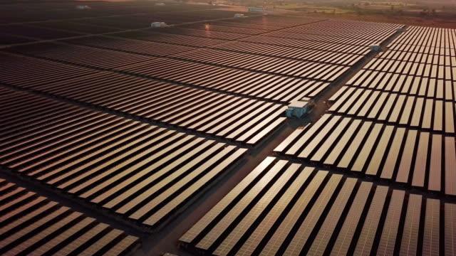 vidéos et rushes de solar energy farm alternative energy , temps de coucher du soleil - échangeur
