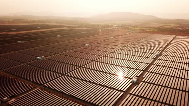 vidéos et rushes de solar energy farm alternative energy , temps de coucher du soleil - crépuscule