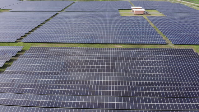 solar energy farm producing clean renewable energy from the sun . thousands of solar panels, photovoltaic solar cells , huge solar farm. - pannello di controllo video stock e b–roll
