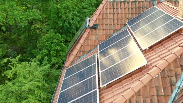 solarenergie auf dem dach - industriegerät stock-videos und b-roll-filmmaterial