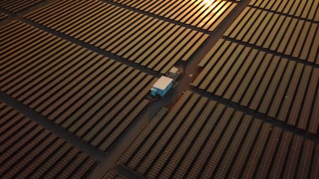 vídeos de stock e filmes b-roll de solar energy panels technologic - central elétrica