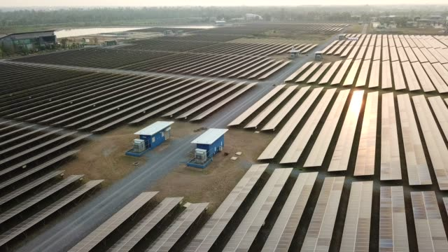 solarpark antenne - energieindustrie stock-videos und b-roll-filmmaterial