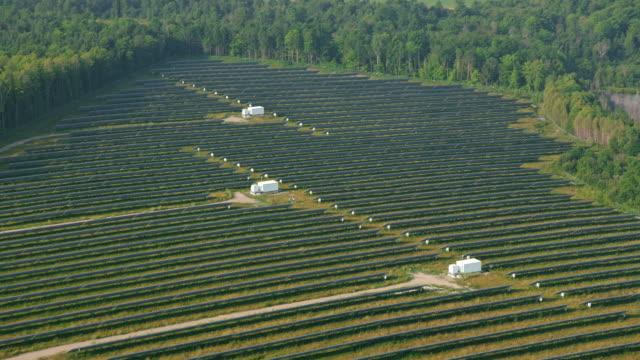 vídeos y material grabado en eventos de stock de aerial una granja solar cerca de ottawa, ontario - ontario canadá