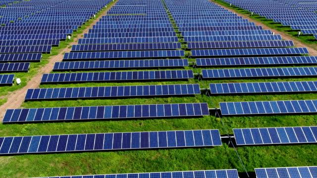 Solarpark Pan nach unten fliegen über bunten Frühling grüne Energie