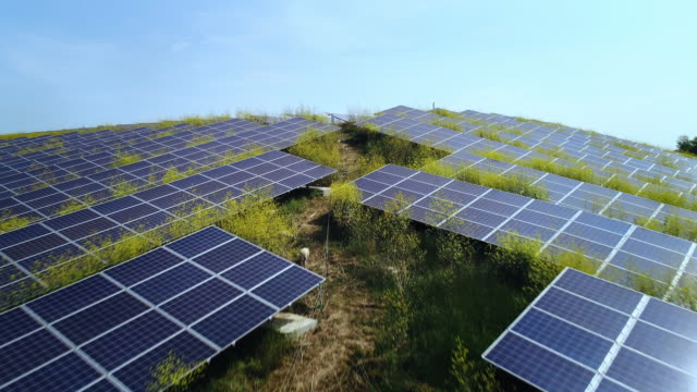 stockvideo's en b-roll-footage met solar farm - tweebaansweg