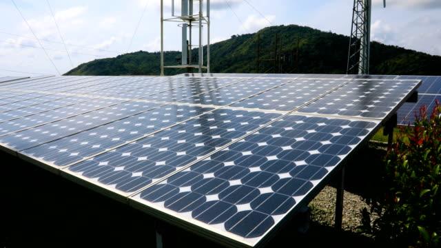 vídeos y material grabado en eventos de stock de paneles solares turbinas de matriz y el viento sobre un cielo, 4k. - power in nature