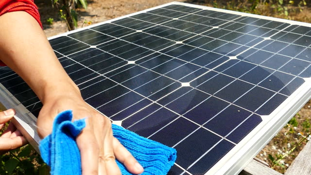 vídeos de stock e filmes b-roll de solar panel cleaning - gerador