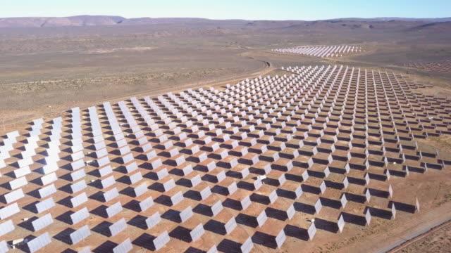 vidéos et rushes de vue aérienne de ferme de panneau solaire - république d'afrique du sud