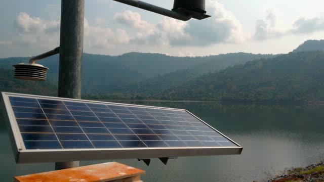 風ベーンおよびスマートフォンによって撃たれる風速計のための太陽電池パネル - 測定器点の映像素材/bロール