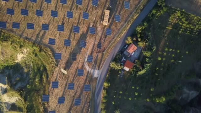 solar-panel grünen energiefeld auf hügeln - sonnensystem stock-videos und b-roll-filmmaterial
