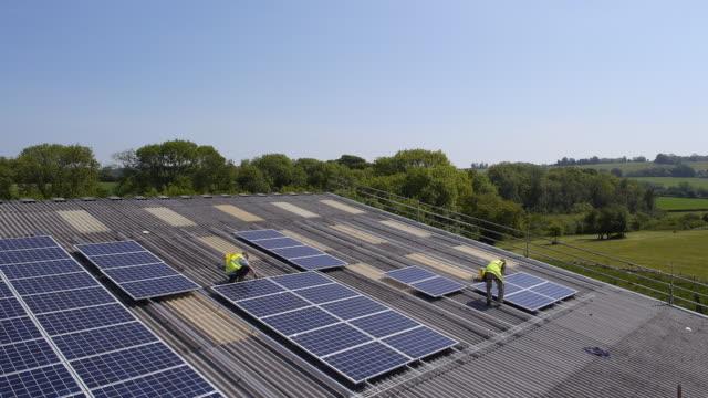 vídeos y material grabado en eventos de stock de solar panel installation - instalar