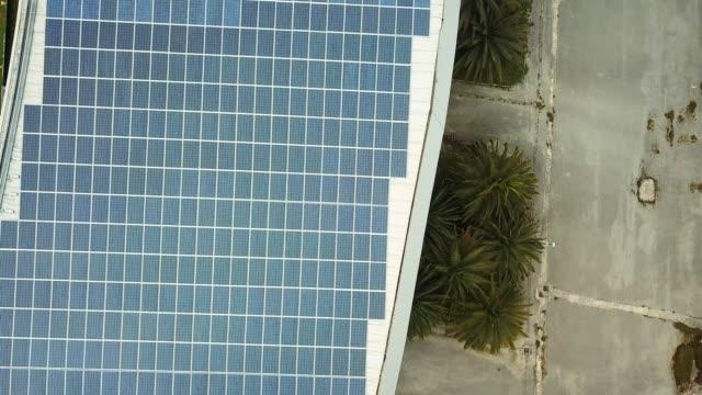 vídeos y material grabado en eventos de stock de panel solar instalado en un tejado - instalar