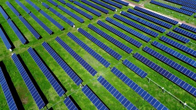 vídeos y material grabado en eventos de stock de panel solar planta baja ángulo panorámica cámara vista aérea drone - empresa de carácter social
