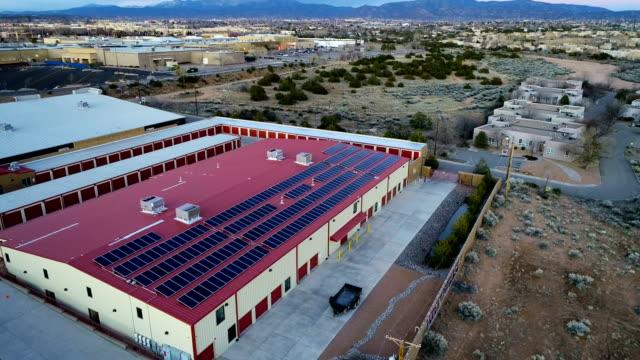 ニューメキシコ州のソーラーパネル屋上空中ドローンビュー - ソーラーパネル点の映像素材/bロール