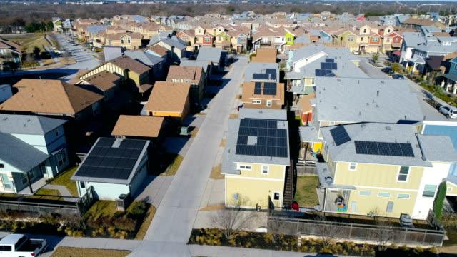 Solar-Panel-Dächer in schönen neuen Umgebung Vorort Aerial Drone anzeigen