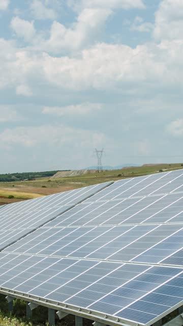 vídeos de stock, filmes e b-roll de painéis solares, energia alternativa vídeo vertical - geração de combustível e energia
