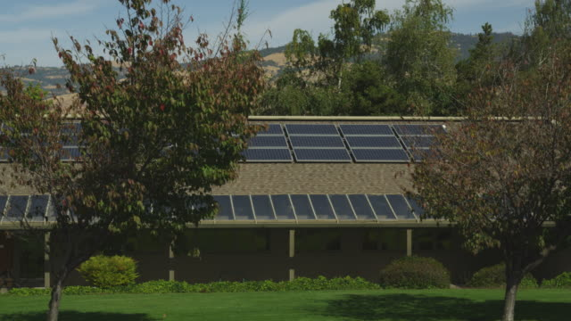 solar panels are affixed to the roof of the city hall in ashland, oregon. - gärtnerisch gestaltet stock-videos und b-roll-filmmaterial