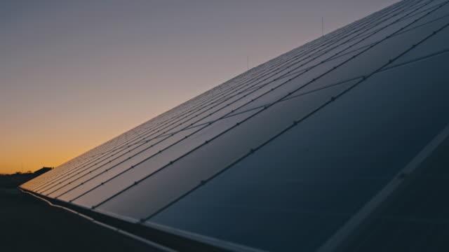 pannelli solari slo mo al crepuscolo - pannello solare video stock e b–roll