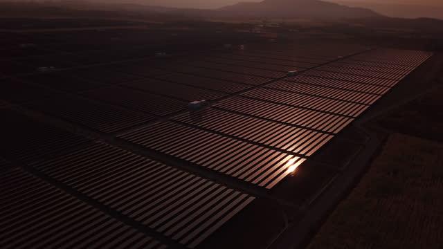 vídeos de stock, filmes e b-roll de painéis solares antes do amanhecer do sol - energia solar