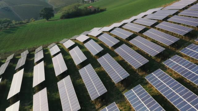 丘の上の太陽電池パネルエネルギーシステム - ソーラーパネル点の映像素材/bロール