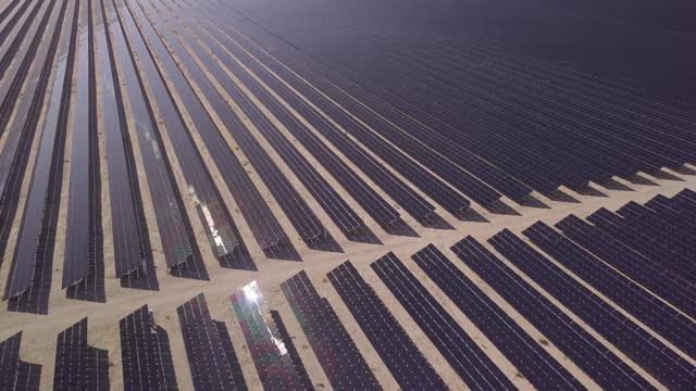 stockvideo's en b-roll-footage met zonnepanelen in een machtsbankarray - nevada