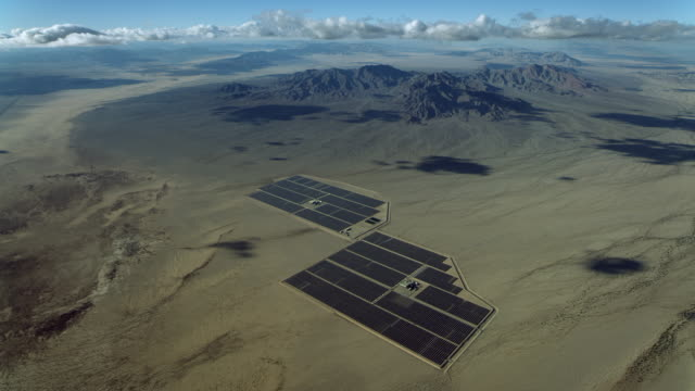 stockvideo's en b-roll-footage met solar panels in desert of california - oplossen
