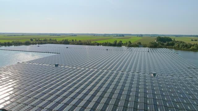 solar panels in fields on sunny day - hållbar energi bildbanksvideor och videomaterial från bakom kulisserna
