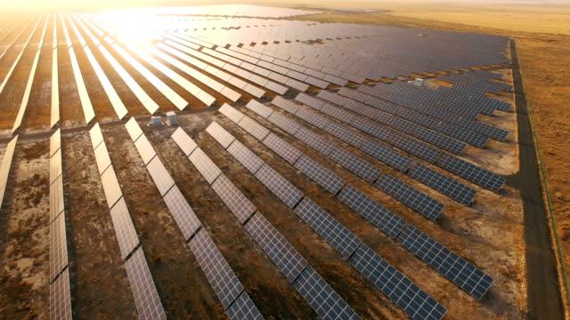 vidéos et rushes de panneaux solaires dans le désert  - système solaire