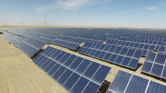 vídeos y material grabado en eventos de stock de paneles solares en el campo - energía solar
