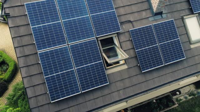 vidéos et rushes de modules de panneaux solaires sur le toit par une journée ensoleillée. - toit en tuiles