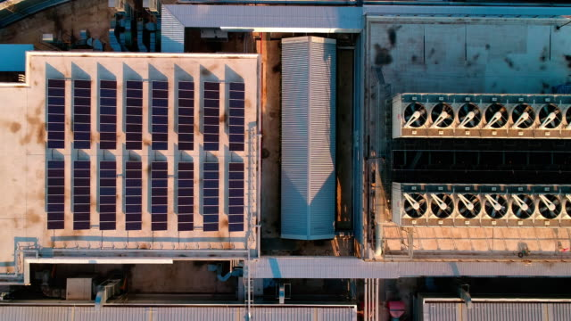 vidéos et rushes de panneaux solaires sur le toit de l'usine - toit